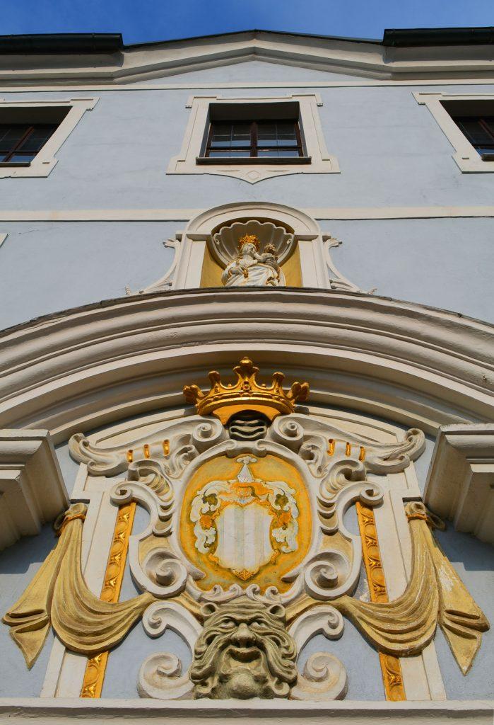 madonna-wappen-haupteingang-hammerschloss-traidendorf